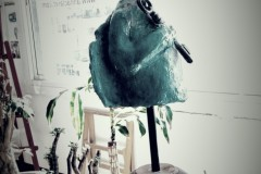 alien-en-el-romanico-escultura-768x1295